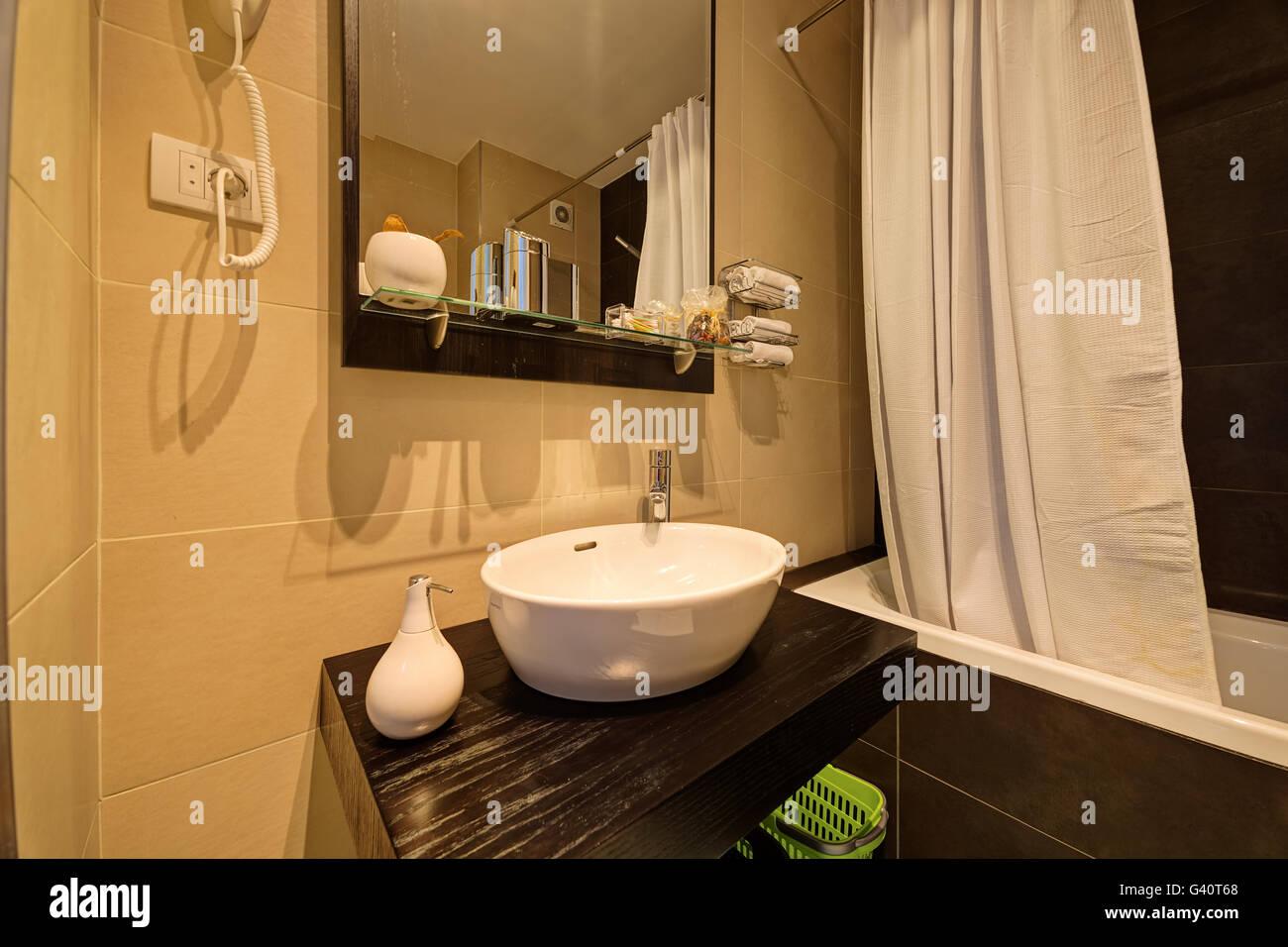 Il lusso piccolo bagno in hotel elegante con lavandino foto