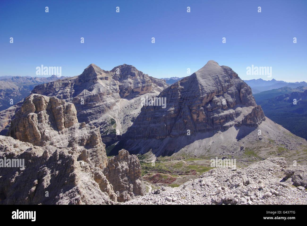 Torre di Fanes, Tofana (Tofana di dentro e Tofana di Mezzo, Tofana di Rozes) da Fanes sud (via ferrata Tomaselli), Immagini Stock