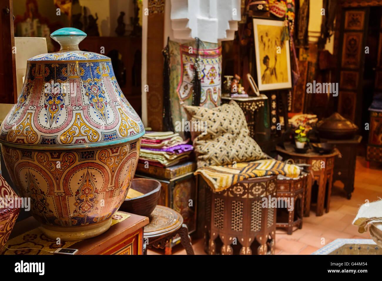 Commerciante d'antiquariato e souvenir shop. Medina Grand Socco, il grande souk, città vecchia Tangeri. Immagini Stock