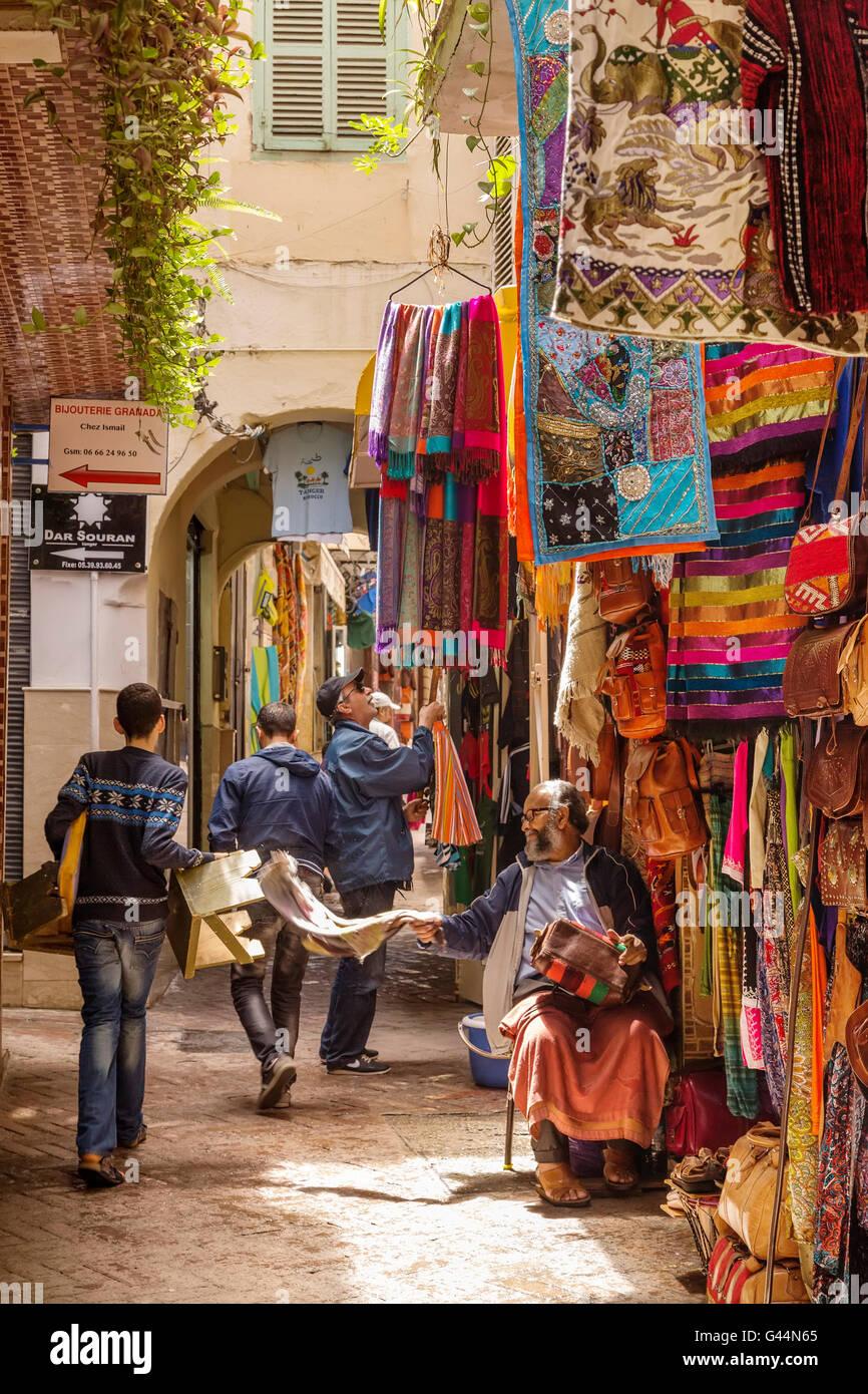 Negozio di souvenirs. Medina Grand Socco, il grande souk, città vecchia Tangeri. Marocco Immagini Stock