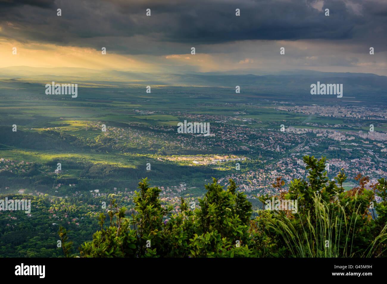 Spotlight - sole che splende attraverso nuvole temporalesche su Sofia, Bulgaria Immagini Stock