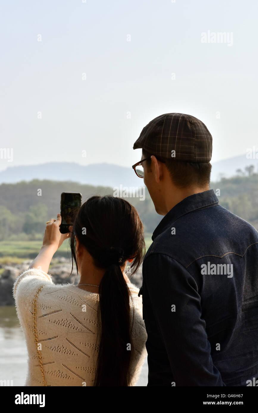 Giovane tenendo selfie con telefono mobile Immagini Stock