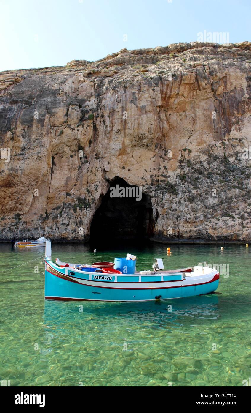 Un Maltese tradizionale barca da pesca, localmente noto come un Luzzu, ancorate a Gozo, Inland Sea. Immagini Stock