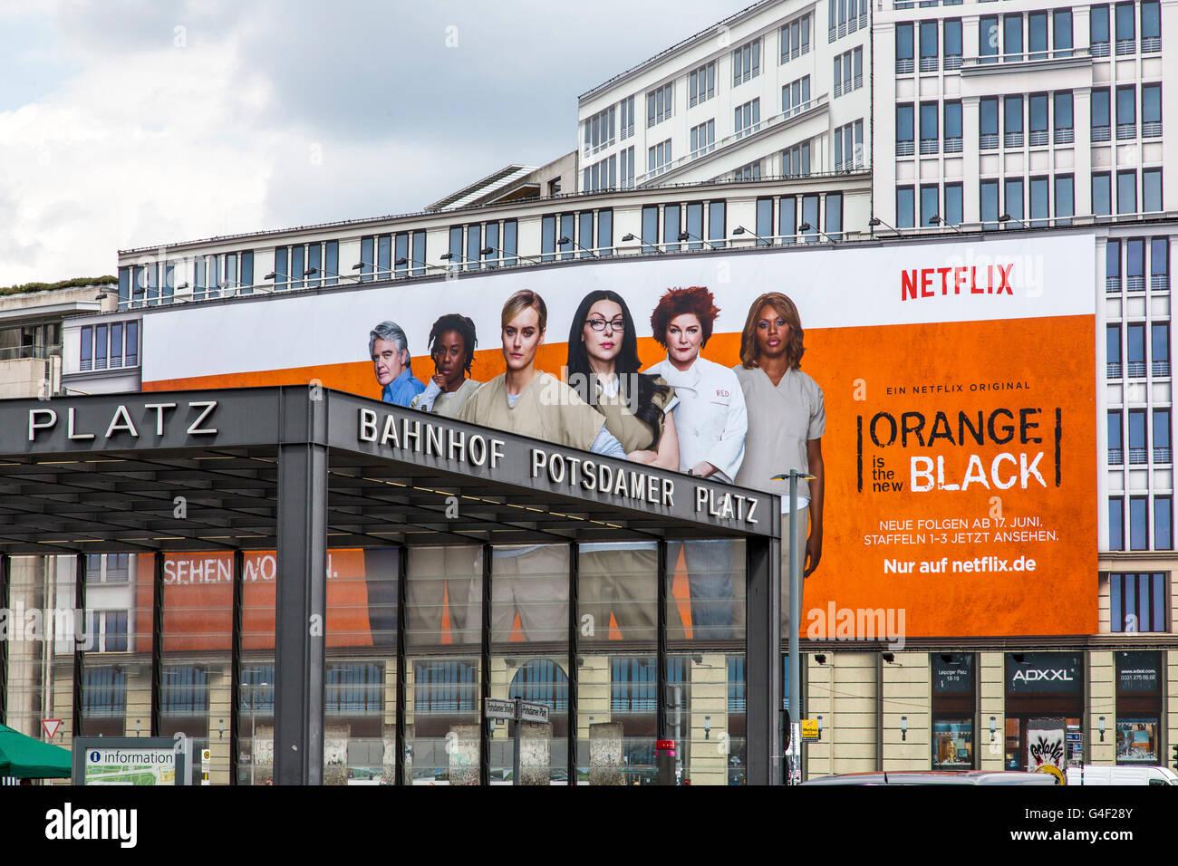 Grande cartellone pubblicitario su un edificio in Potsdamer Platz a Berlino, per il canale a pagamento, Netflix Immagini Stock