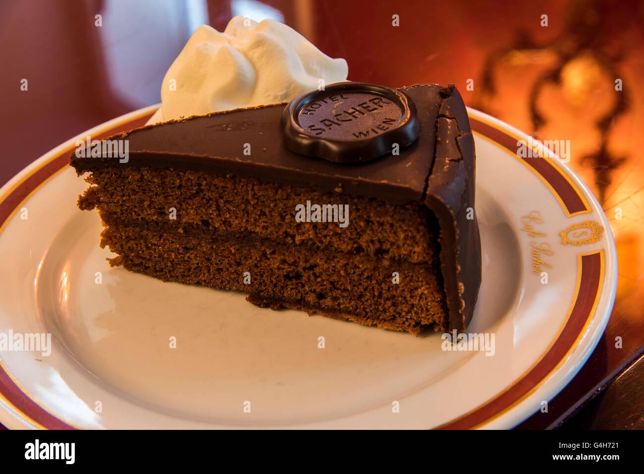 L'originale Sachertorte torta al cioccolato servita presso il Cafe Sacher, Innsbruck, in Tirolo, Austria Immagini Stock