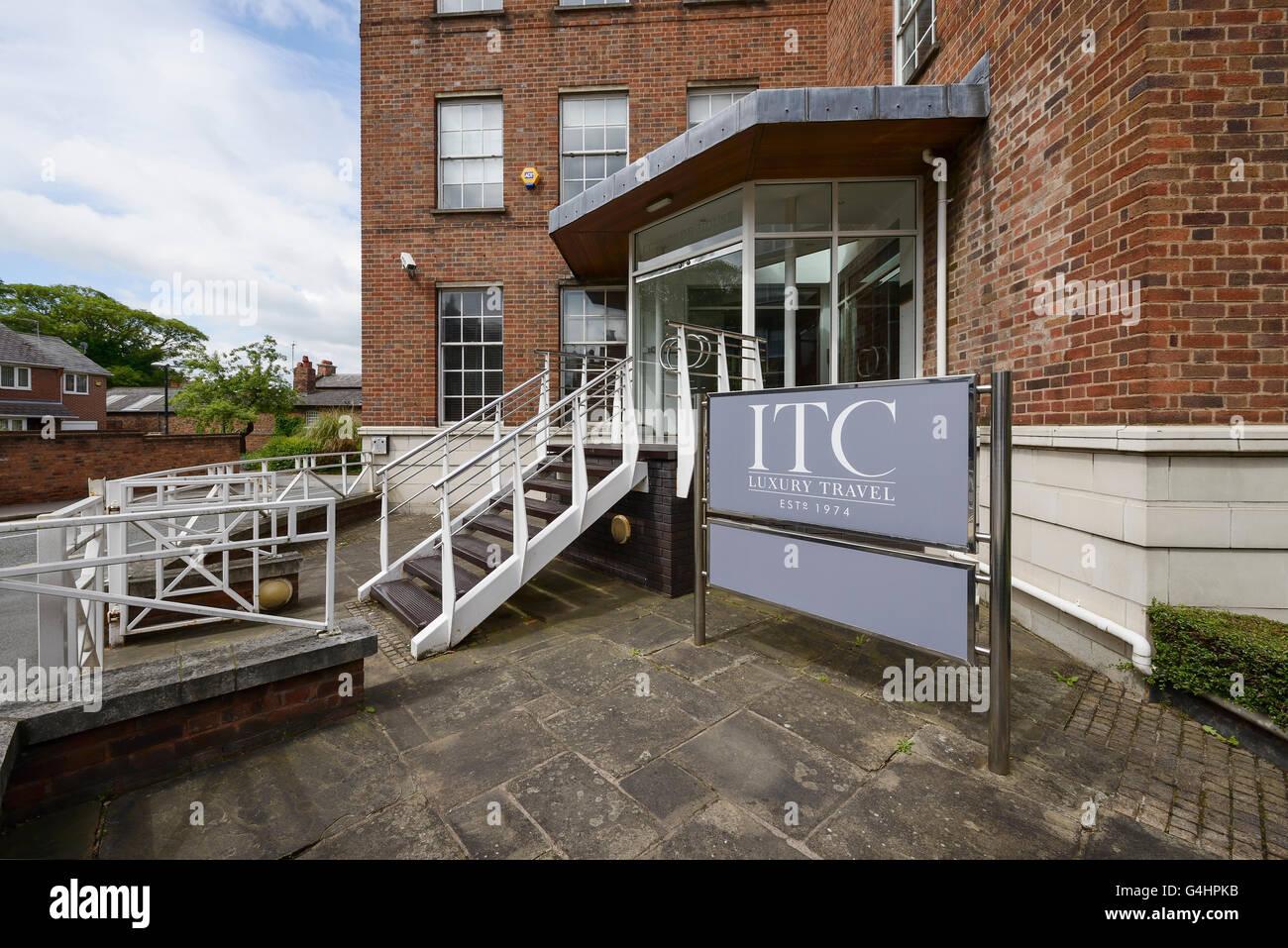 L'esterno dell'ufficio dei viaggi di lusso ITC di agenti che presentano in una BBC TV primo documentario Immagini Stock