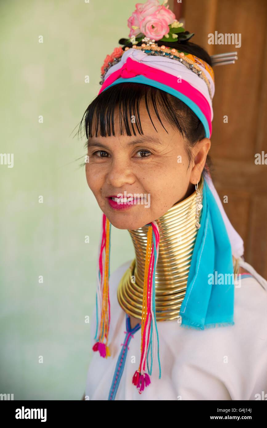 Ritratto di un kayan lahwi (padaung) donna con bobine di ottone anelli sul suo collo, panpet village, Stato Kayah, myanmar Foto Stock