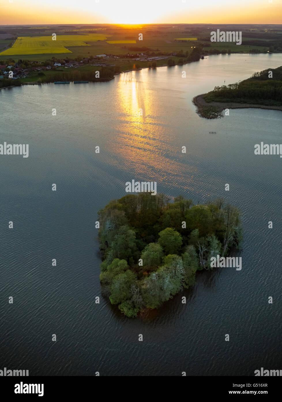 Vista aerea, Muritz con a forma di cuore e isola residenziale e barca barca di piacere nel tramonto, Vipperow, Meclemburgo Immagini Stock