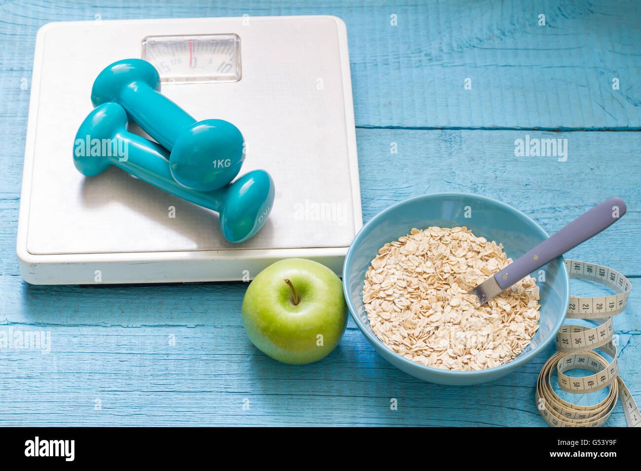 Fitness e dieta concetto astratto con manubri closeup Immagini Stock