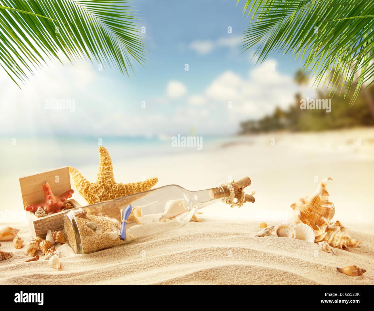 Il Vetro Con Il Messaggio Interno E Conchiglie Sulla Spiaggia Mare