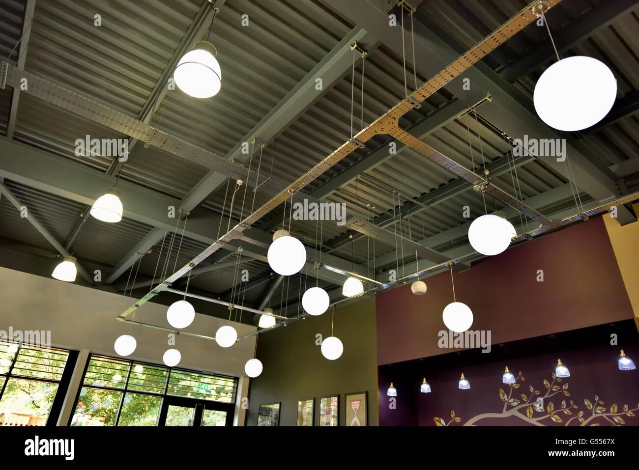 Ambiente illuminazione a cupola in un servizio autostradale coffee shop UK Immagini Stock