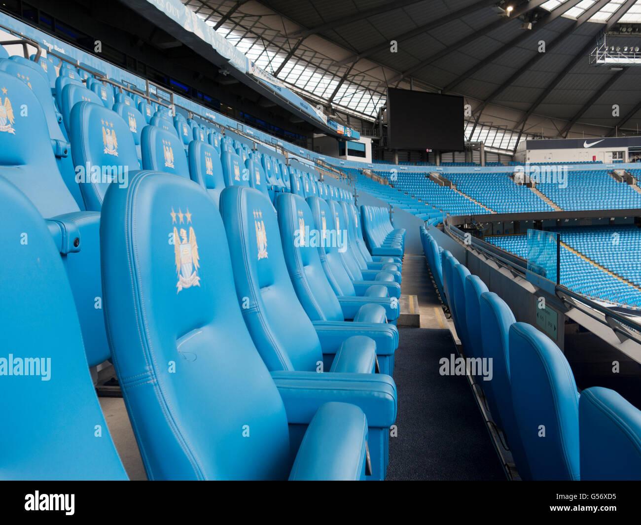 Posti a sedere all'interno Etihad Stadium Manchester City Football Club  Regno Unito Foto stock - Alamy