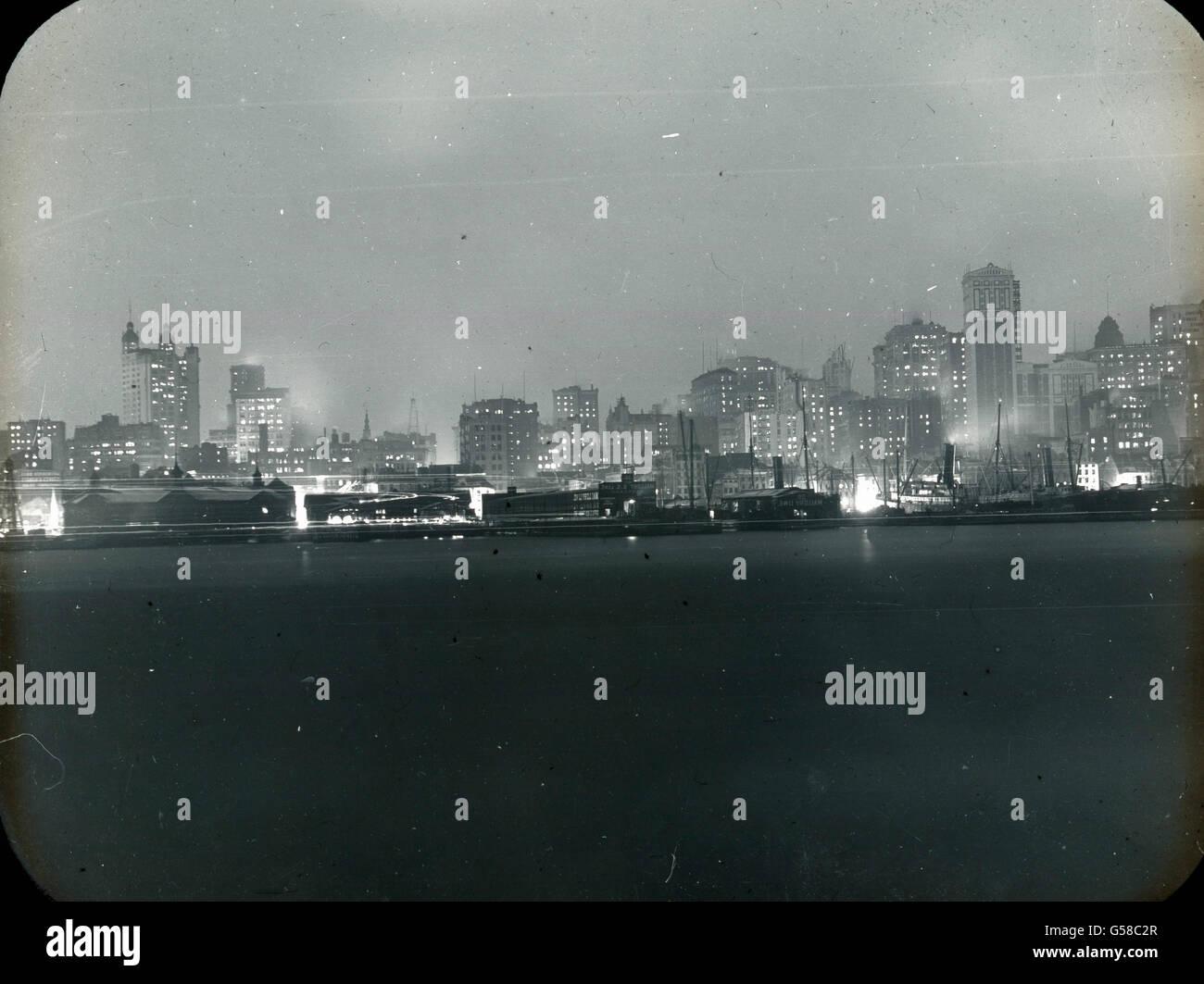 Die RMS Carpathia läuft am Abend des 18. Aprile 1912 in den Hafen ...