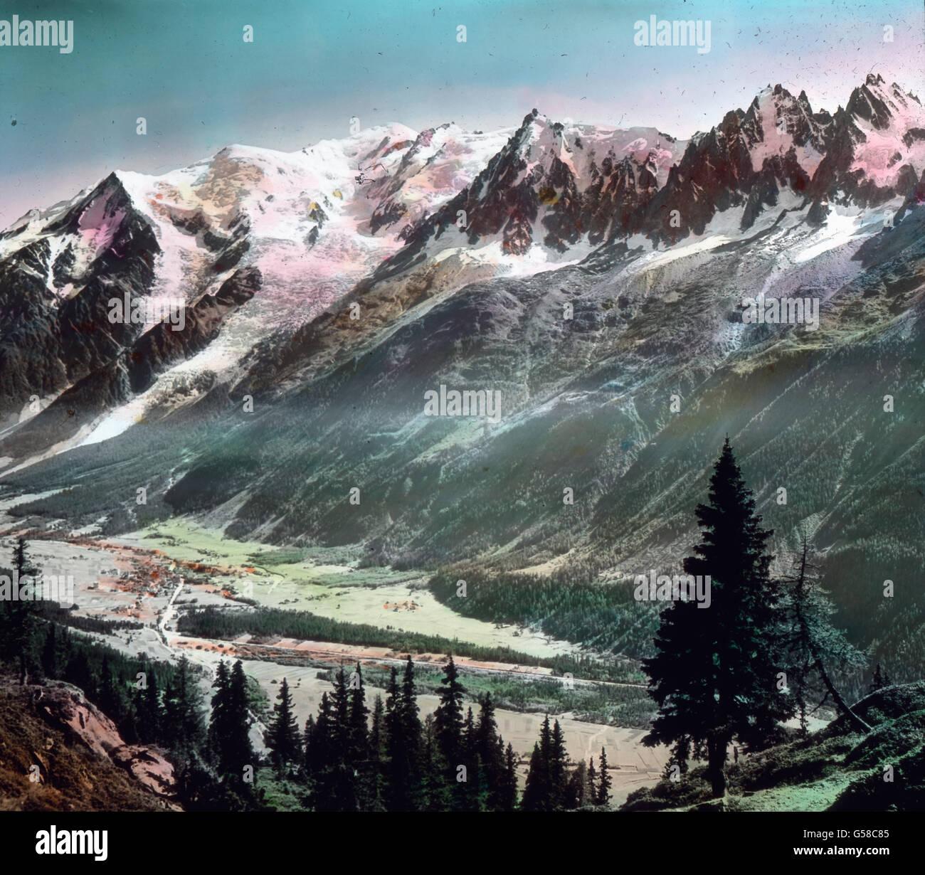 Weiter folgen, wie aus diesem Bilde zu ersehen, die Aiguilles de Blaitiere, du plan und du Midi. In der Mitte zeigt Immagini Stock