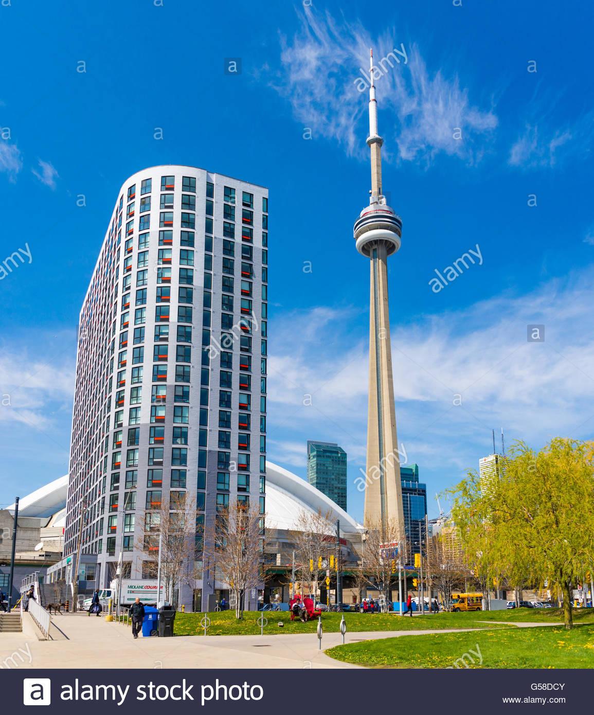 Toronto Downtown skyline da park, alte e maestose CN Tower. La torre è un simbolo della storia canadese e un Immagini Stock