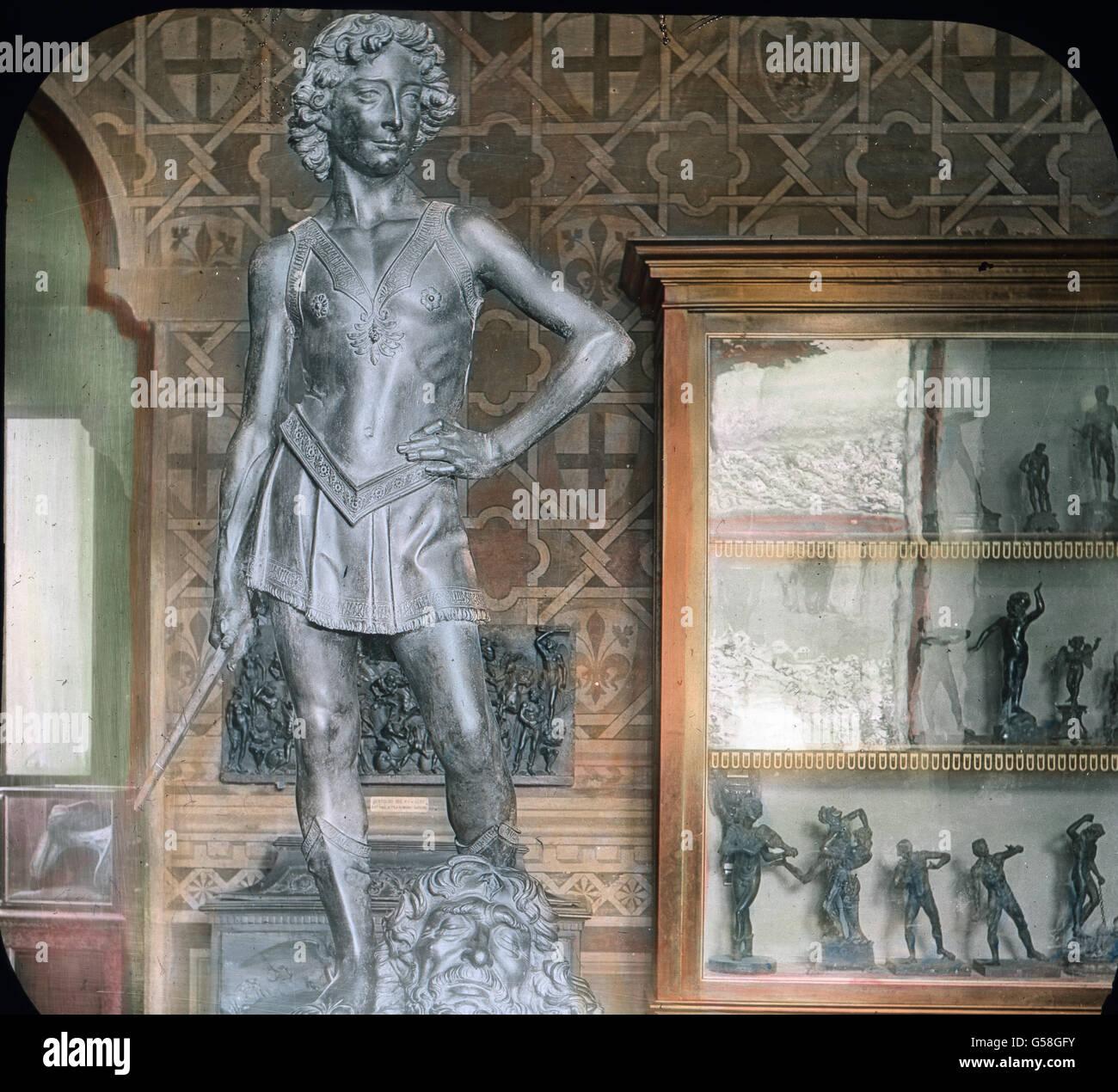 Sehr gerühmt wird auch der David des Verrochio, eine merkwürdige Bronzegestalt von geringem Umfange, bei Immagini Stock