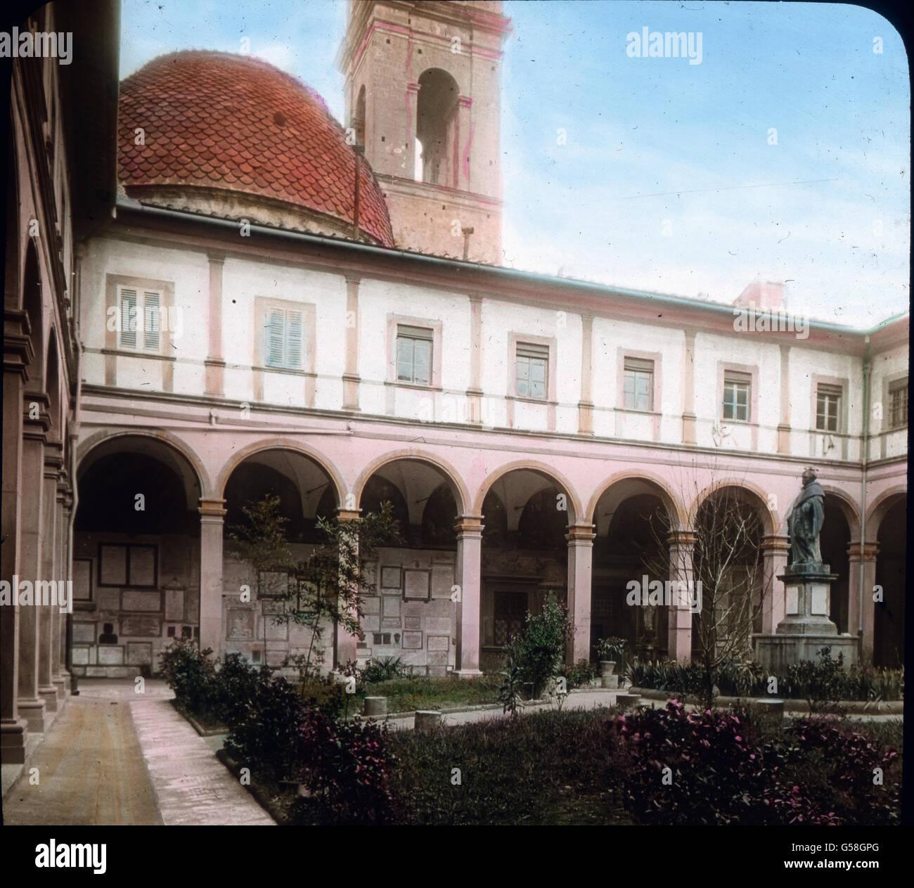 Mit der Kirche ist auch ein Kloster verbunden. Der Kreuzgang bildet lauschige, weltabgeschiedene Hallen, in denen Immagini Stock