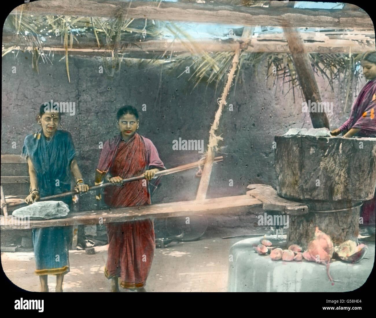 Hier werden Kokosnüsse von zwei Frauen zermahlen. India, Asia Travel, mill, indiano, donne rurali, nativo, Immagini Stock
