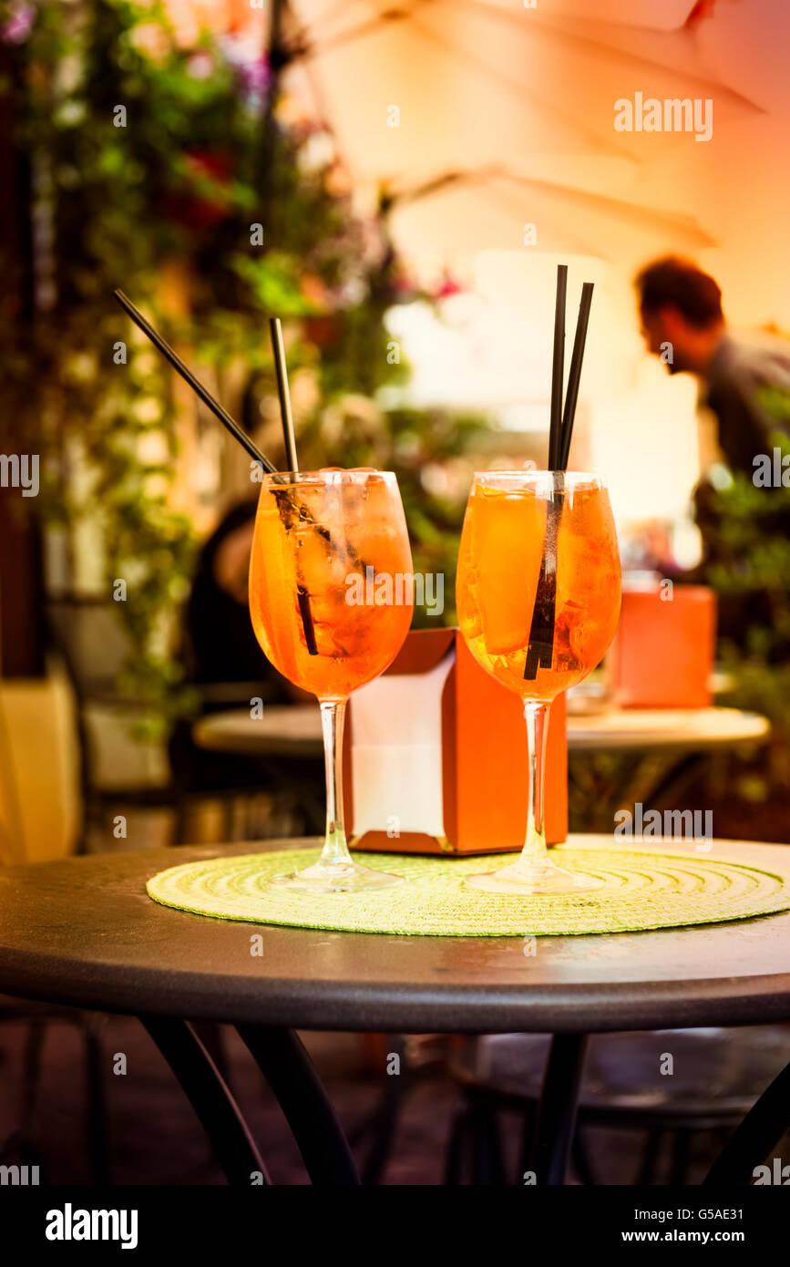 Aperol Spritz Cocktail. Bevanda alcolica basato sulla tabella con i cubetti di ghiaccio e le arance. Immagini Stock