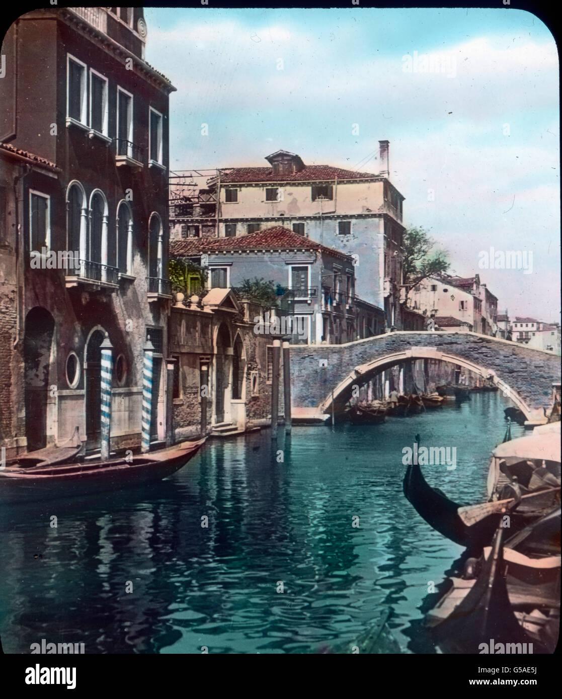 Die ganze Schönheit eines kleinen Kanals zeigt uns dieses Bild. Farbenprächtig umrahmt von hohen Häusern Immagini Stock