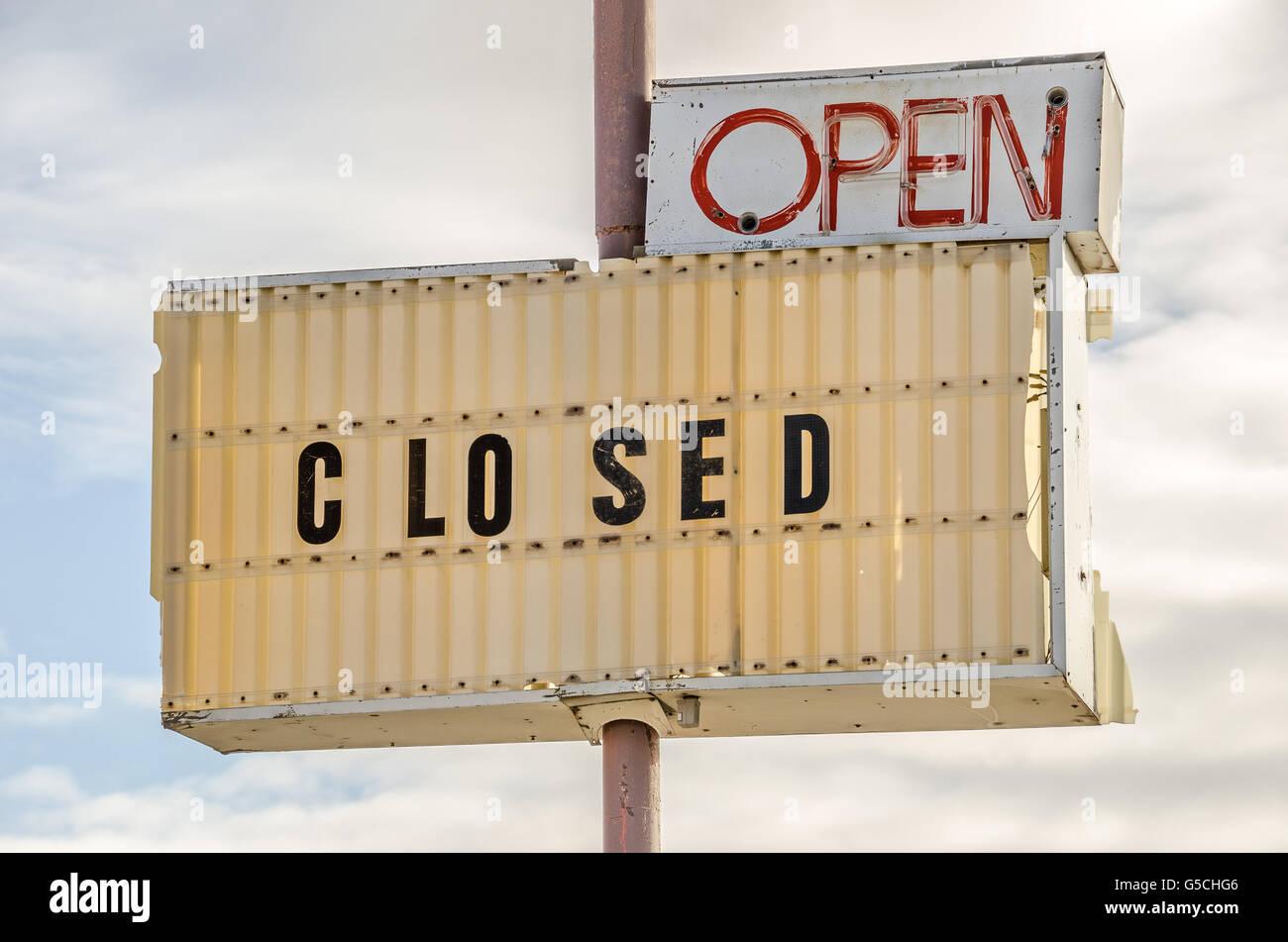 Segni che mostra sia aperta e chiusa causando confusione Immagini Stock