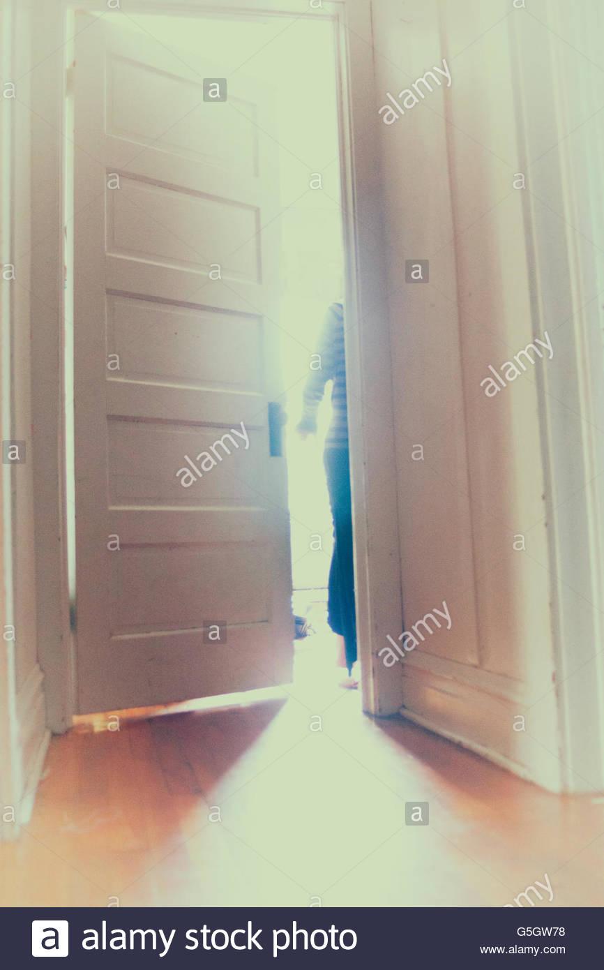 La figura esce attraverso una porta Immagini Stock