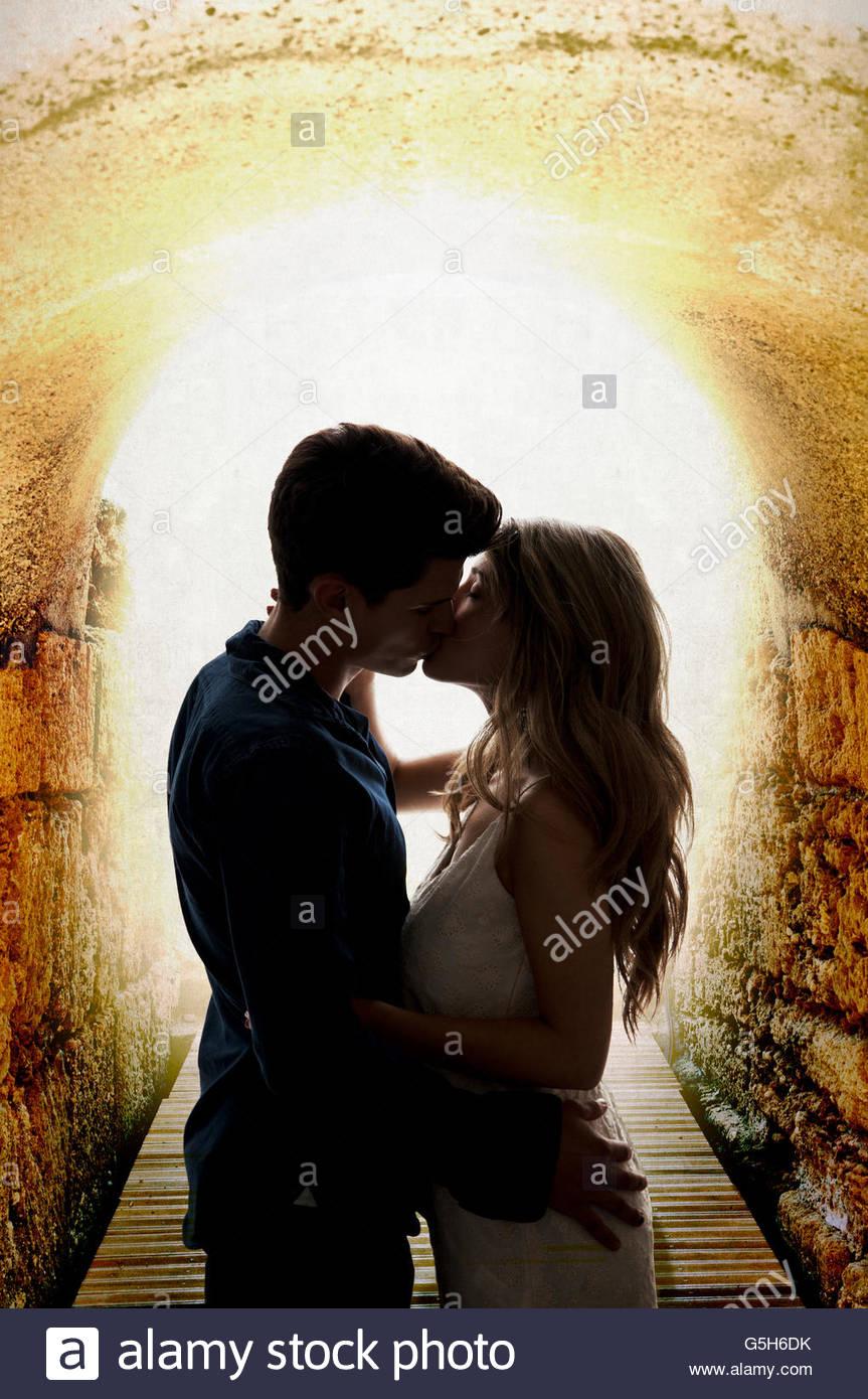 Giovane Kissing nel tunnel Immagini Stock