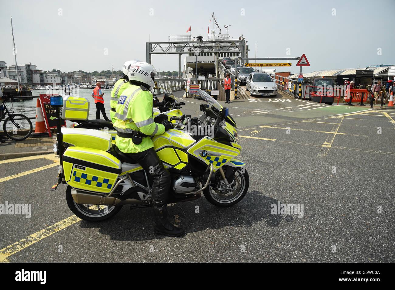 Motociclisti di polizia a un traghetto porta sull'Isola di Wight Immagini Stock