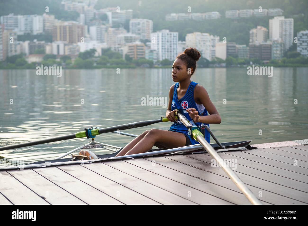 RIO DE JANEIRO - Aprile 1, 2016: un giovane brasiliano carioca rower lancia la sua barca al fianco di un molo a Immagini Stock