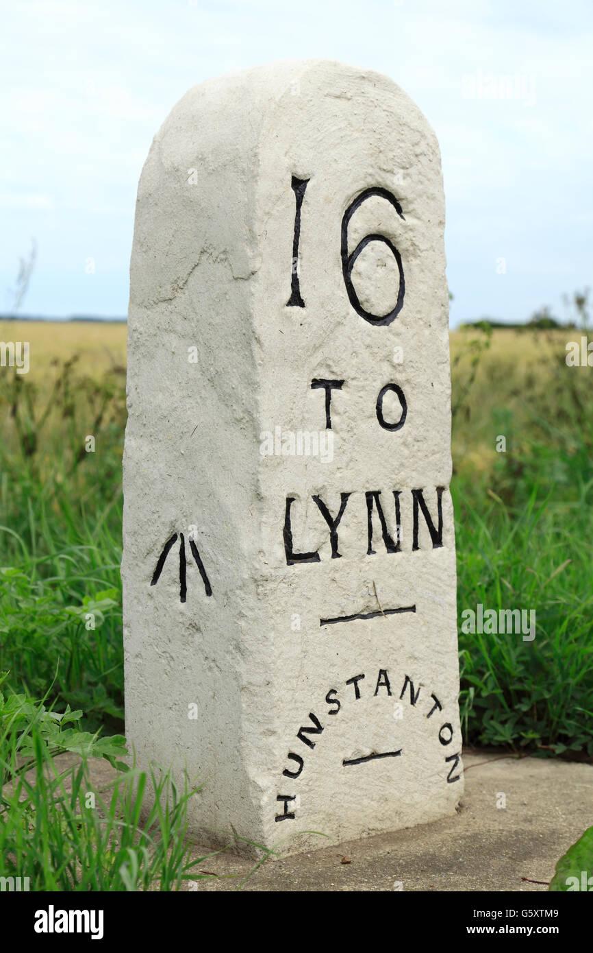 Pietra miliare, Hunstanton per Kings Lynn, Norfolk, old English Turnpike road strade pietre miliari, 16 miglia a Lynn, England Regno Unito Foto Stock