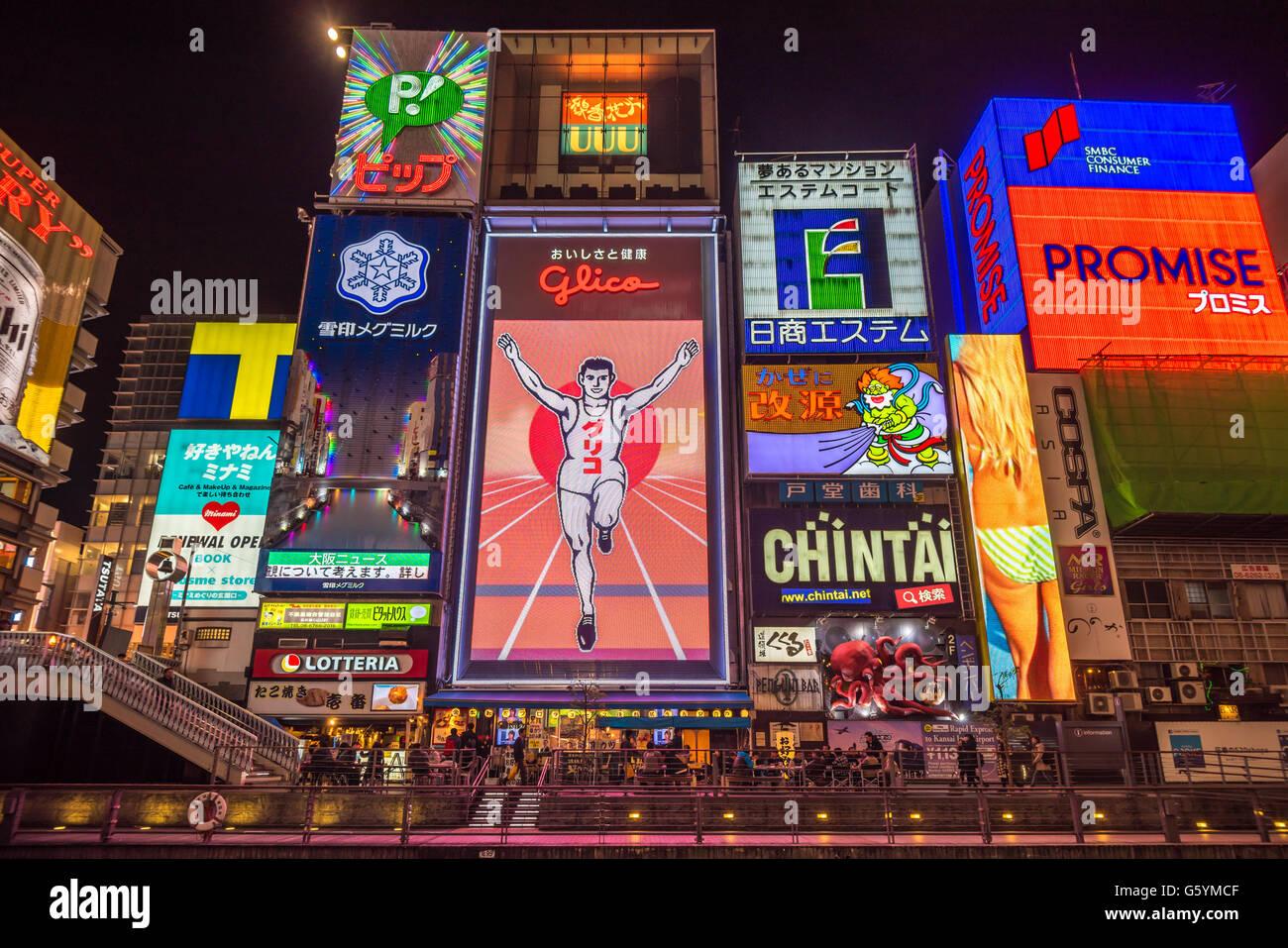 OSAKA, Giappone - 15 Novembre 2014: Glico uomo insegna al neon nel quartiere Dotonbori, Osaka Immagini Stock