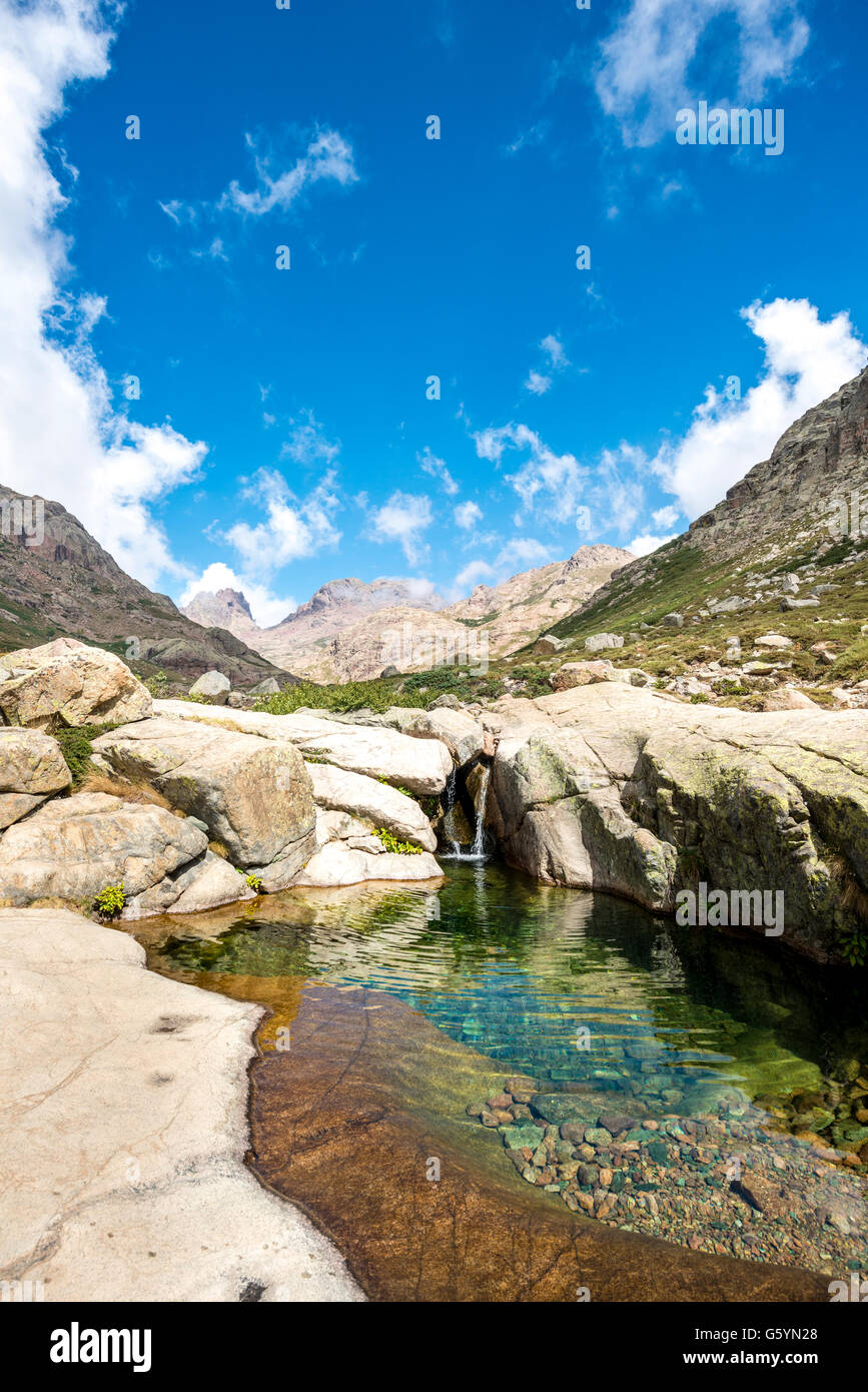Piscina con una piccola cascata in montagna, fiume Golo, Parco Naturale della Corsica, Parc naturel régional Immagini Stock