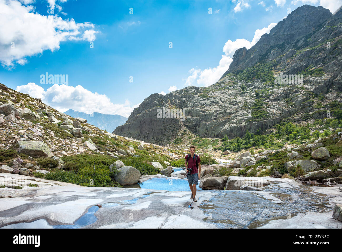Giovane uomo escursionismo dal fiume Golo in montagna, Parco Naturale della Corsica, Parc naturel régional Immagini Stock