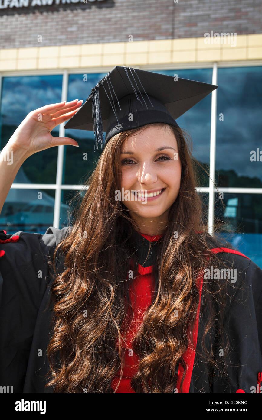 Lo studente che indossa un abito di laurea triennale sul giorno di  graduazione 23566492a56f