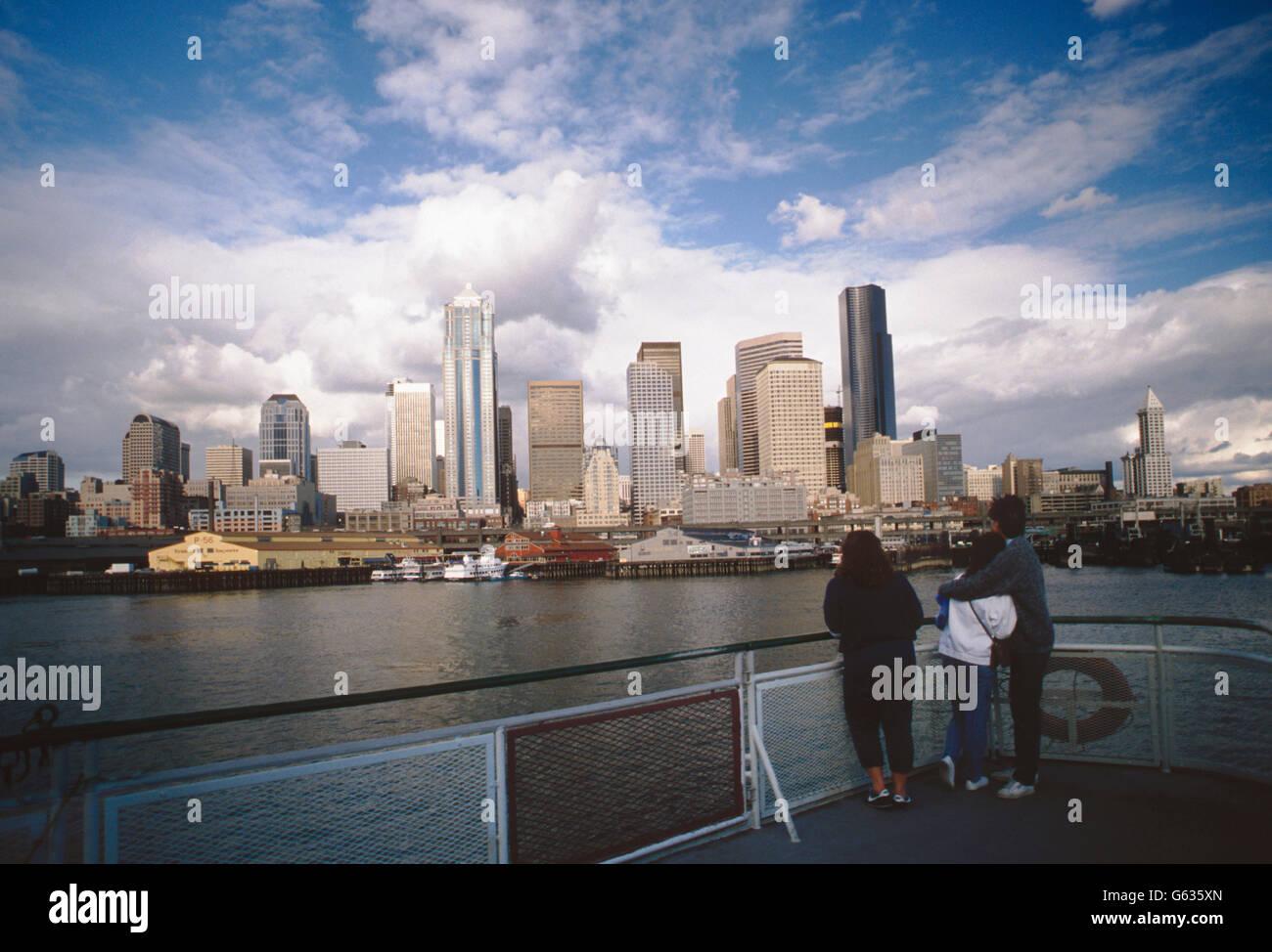 I viaggiatori vista sullo skyline di Seattle dal traghetto sul Puget Sound; Seattle; Washington, Stati Uniti d'America Foto Stock