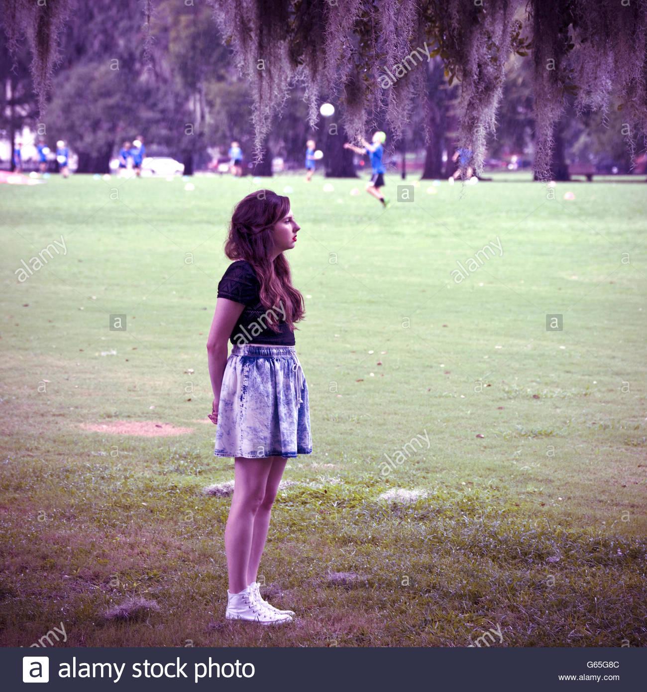 Giovane donna di 19 anni, in piedi da solo sul campo di gioco. Immagini Stock