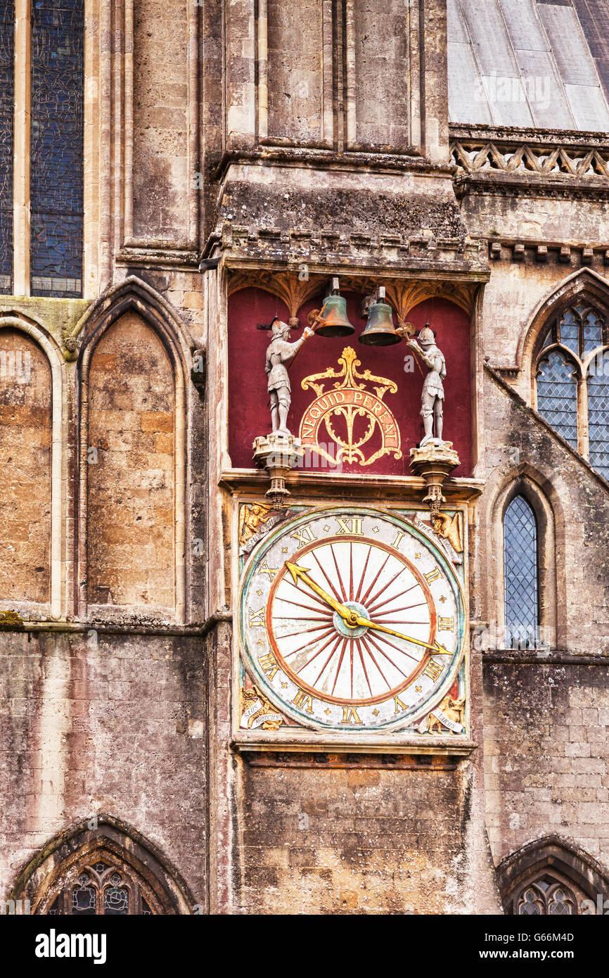 Clock sull'esterno della Cattedrale di Wells, Somerset, Inghilterra, Regno Unito Foto Stock