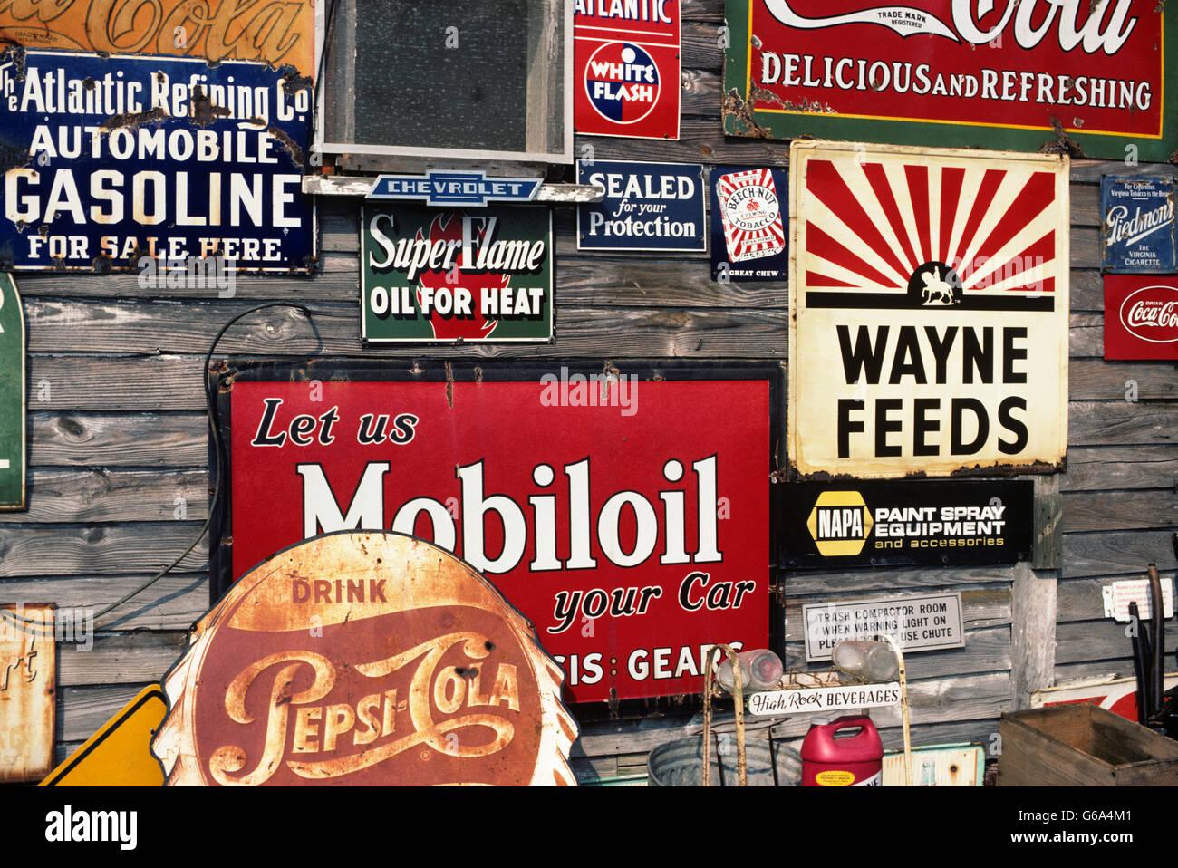 Negozio di antiquariato con il vecchio nome di marca di cartelli pubblicitari Immagini Stock