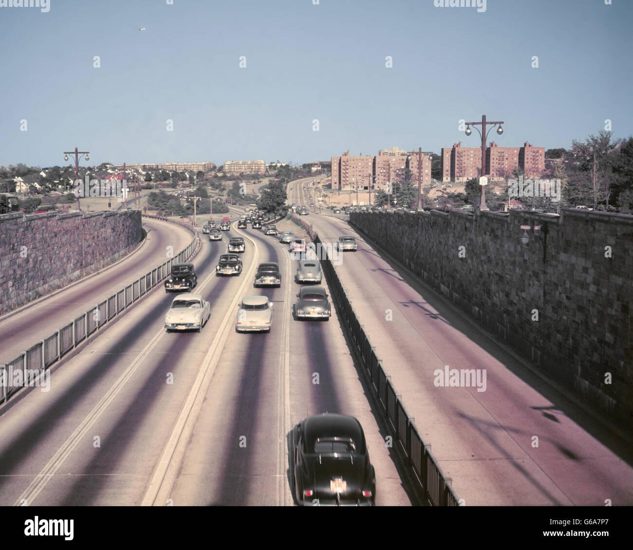Anni Cinquanta vetture traffico sul percorso 25 QUEENS BOROUGH LONG ISLAND NEW YORK CITY USA Immagini Stock