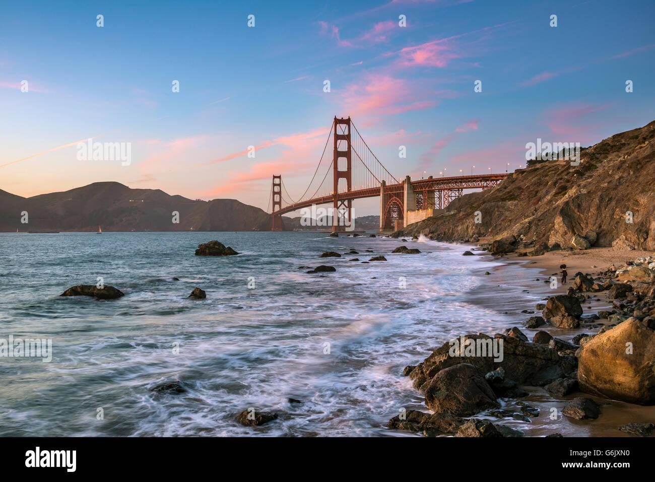 Crepuscolo presso il Golden Gate Bridge, Marshall's Beach, costa rocciosa, San Francisco, Stati Uniti d'America, Immagini Stock