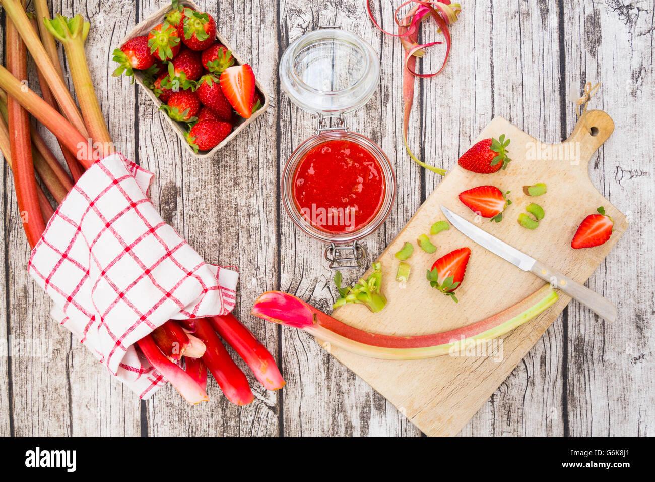 Bicchiere di fragole e rabarbaro poltiglia Immagini Stock