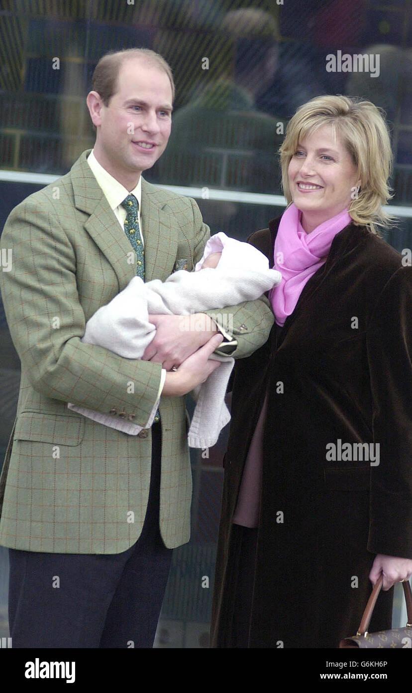 Il conte e la contessa di Wessex lasciano il Frimley Park Hospital a Surrey con la loro figlia. Il bambino, come ancora unamed, è nato prematuramente dalla sezione cesarean di emergenza. Il bambino fu più tardi chiamato Lady Louise. Foto Stock