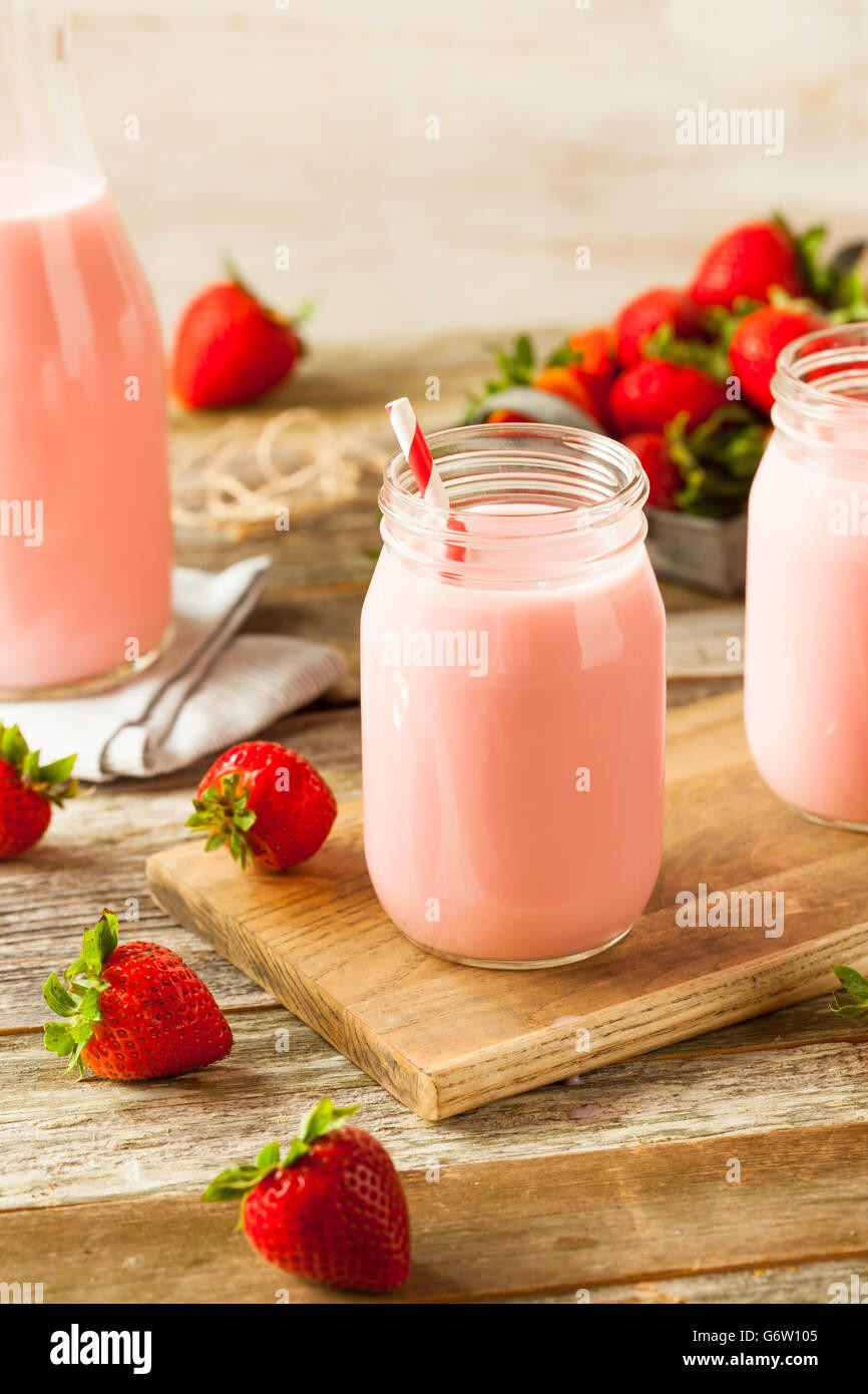 In casa organico Latte alla fragola pronta da bere Immagini Stock