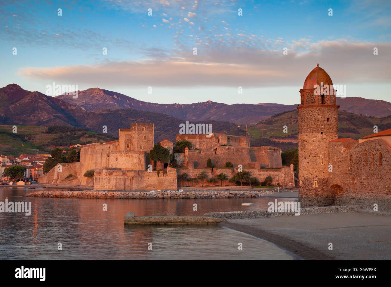 Prime luci dell alba sulla città di Collioure, Pyrenees-Orientales, Languedoc-Roussillon, Francia Immagini Stock