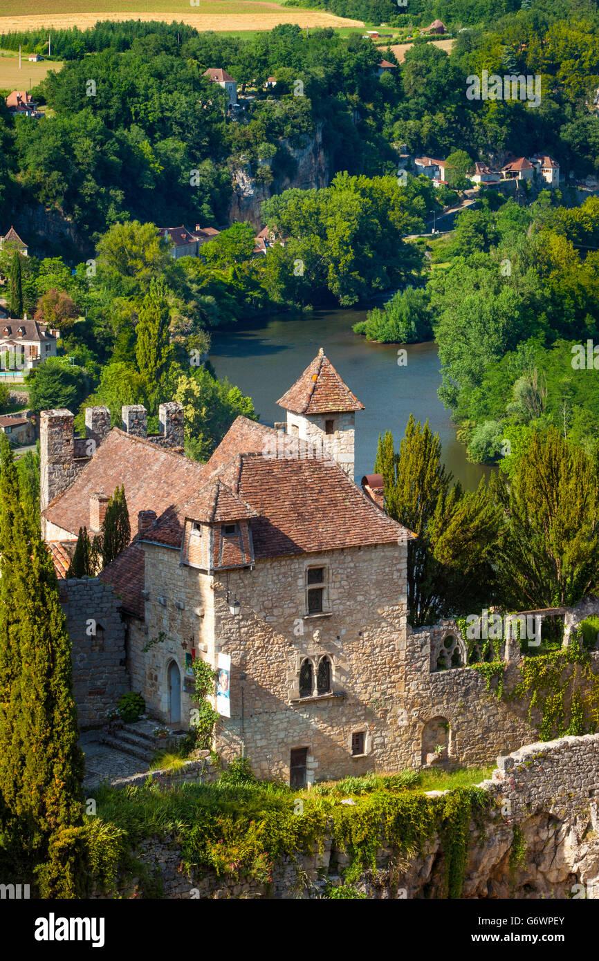 Vista su saint-cirq-lapopie con fiume Lot al di là, midi-Pyrenees, Francia Immagini Stock