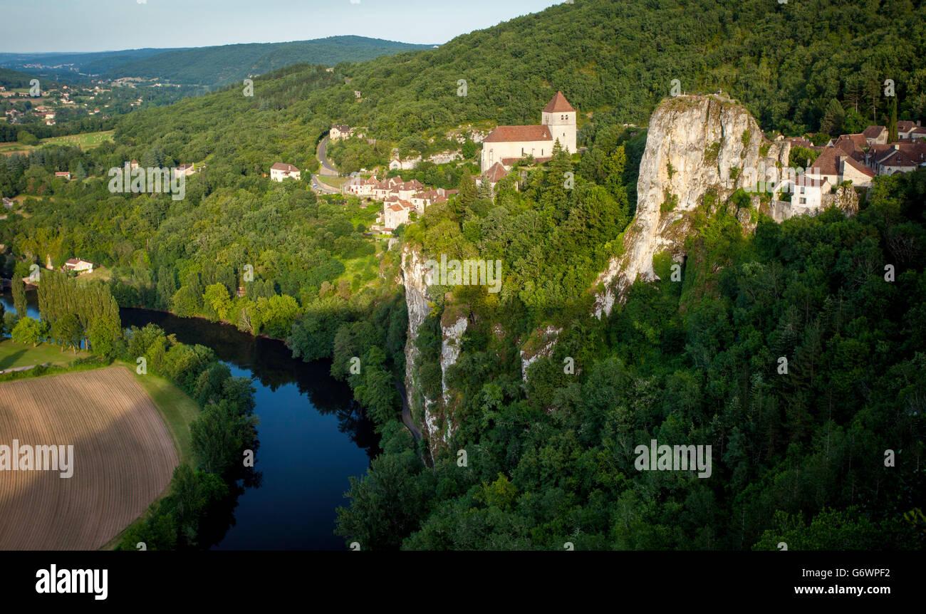 Saint-cirq-lapopie oltre il fiume lot, midi-Pyrenees, Francia Immagini Stock