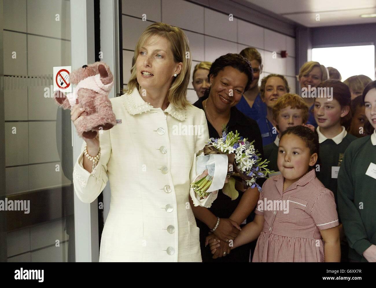 La Contessa di Wessex, nel suo primo giorno di impegni ufficiali dalla nascita di sua figlia, apre il nuovo Dipartimento di emergenza del John Radcliffe Hospital di Oxford, dove è stata presentata con un orsacchiotto rosa per la bambina Lady Louise. Foto Stock