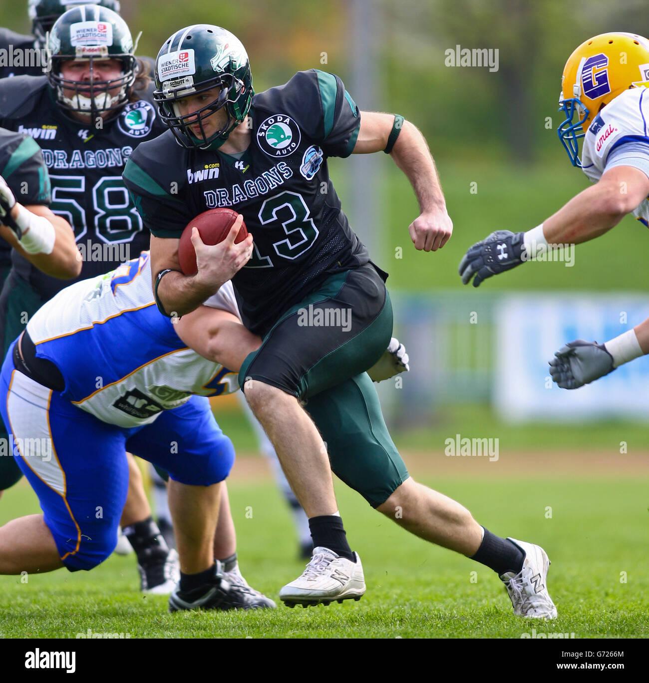 Football americano, QB Thomas Haider, No. 13 dei draghi, in esecuzione con la palla; i giganti di Graz vincere la Immagini Stock