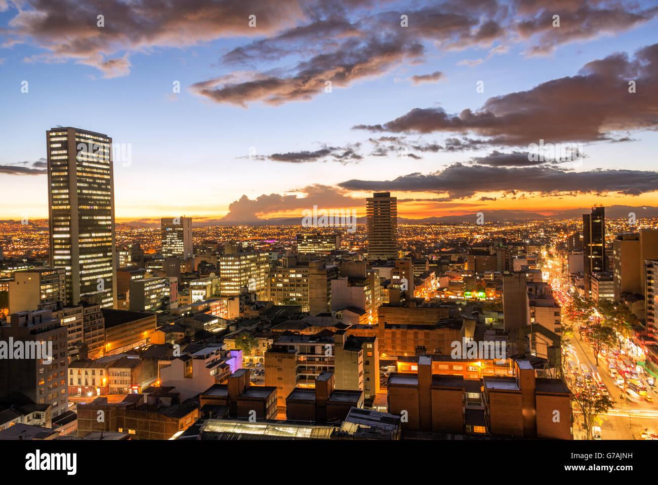 Vista del centro della città di Bogotá, Colombia al crepuscolo Immagini Stock