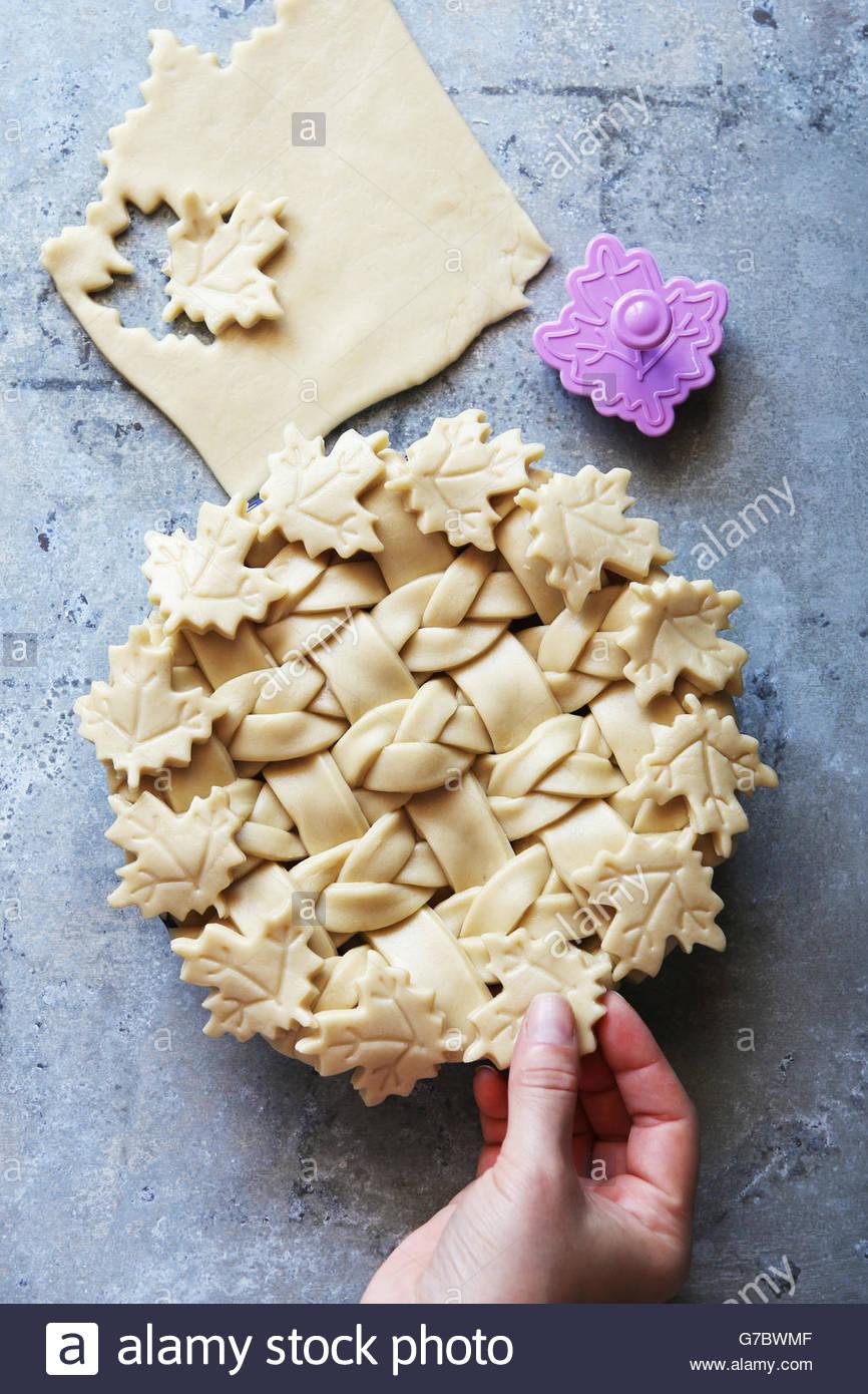 Rendendo sfoglia di pasta torta con reticolo e foglie e rose.Vista dall'alto. Immagini Stock